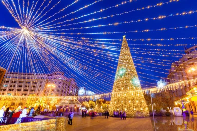 עץ אשוח כריסמס בוקרשט - Revolution Square of Bucharest in Romania